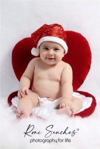 bebê dentro do coração com touca de Natal