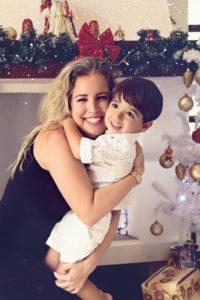 mãe e filho abraçados no natal