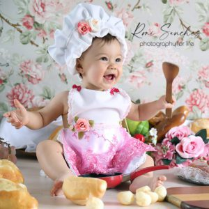 bebê cozinhando