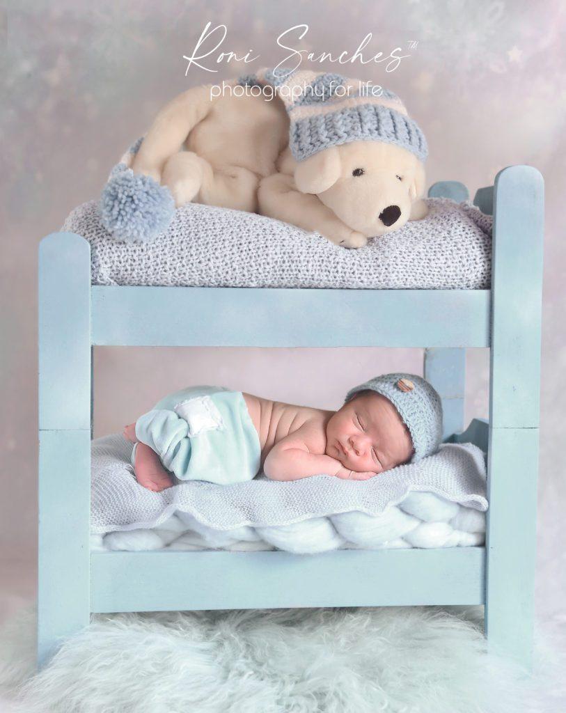 Bebê dormindo na beliche