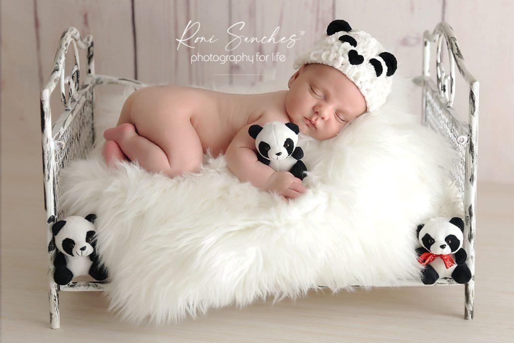 Bebê recém-nascido com roupa de panda