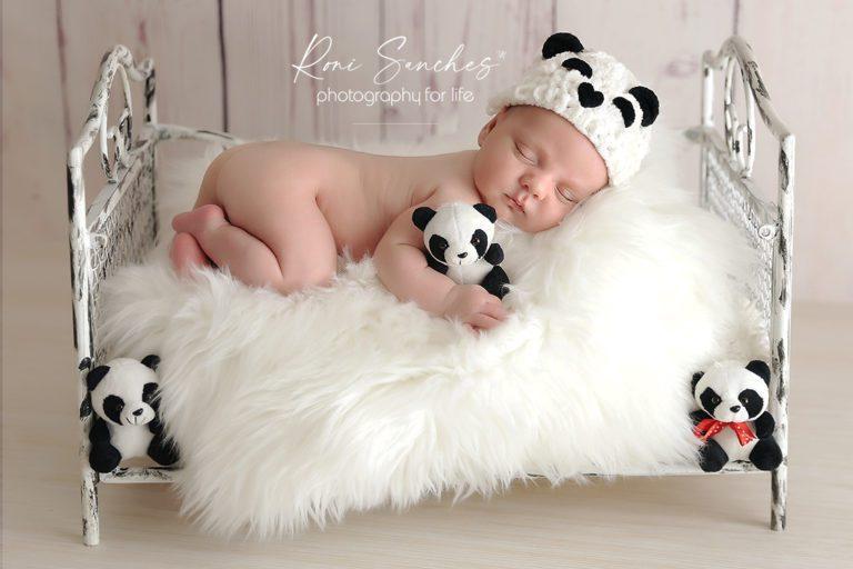 Bebê newborn com pandas