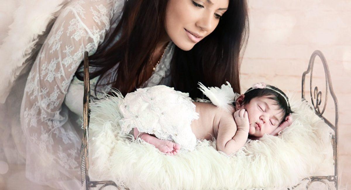 Mãe anjo com bebê recém-nascido
